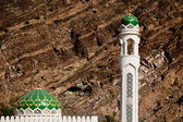 White mosque with minaret against rocky background (Muscat, Oman — Stock Photo