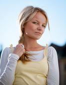 Portret zbliżenie zewnątrz to piękna młoda kobieta — Zdjęcie stockowe