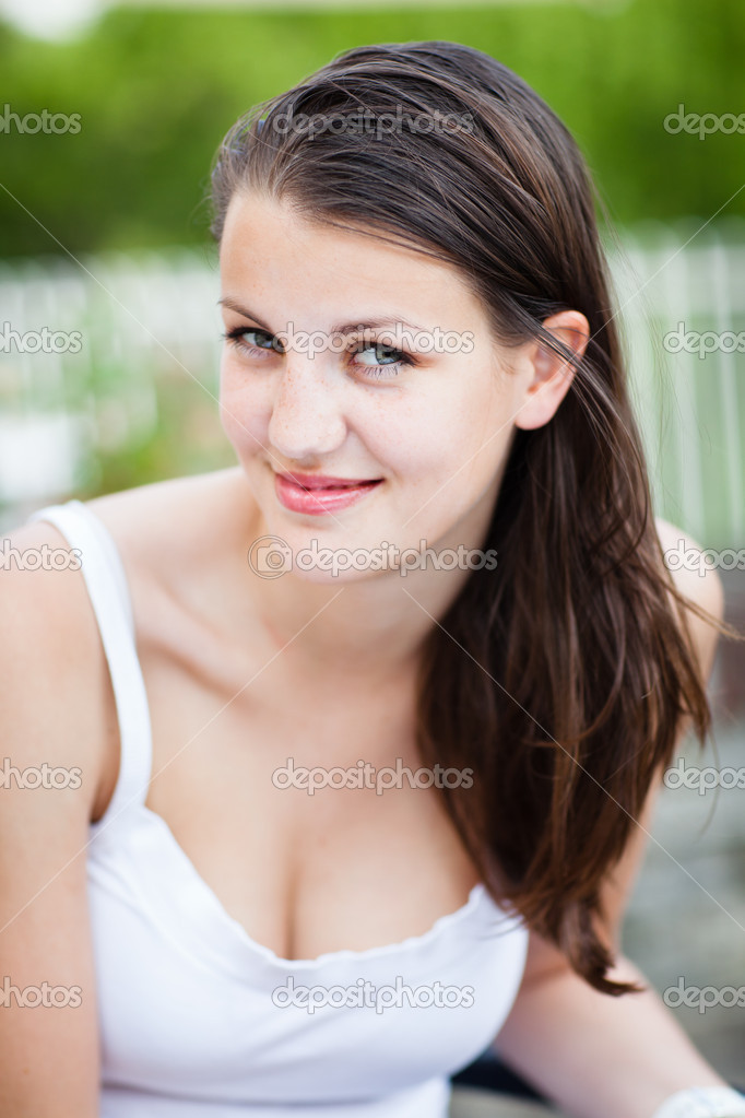 Close-up portrait of an attractive young woman outdoors — Stock Photo #9115157