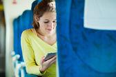 Trenle seyahat ederken onun tablet bilgisayar kullanan genç kadın — Stok fotoğraf