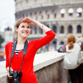 Portrait of a pretty young tourist taking photographs — Stock fotografie