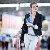 Jeune et jolie passagère à l'aéroport — Photo