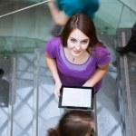 mooie jonge student op de campus, houden een tabletcomputer wh — Stockfoto #9389037