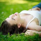 Primer retrato de una joven atractiva al aire libre — Foto de Stock