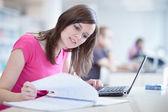 Vrij vrouwelijke student in de bibliotheek — Stockfoto