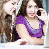Dwa kobiece studentów praca na komputerze przenośnym — Zdjęcie stockowe