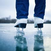 Mujer joven patinaje sobre hielo al aire libre en un estanque — Foto de Stock