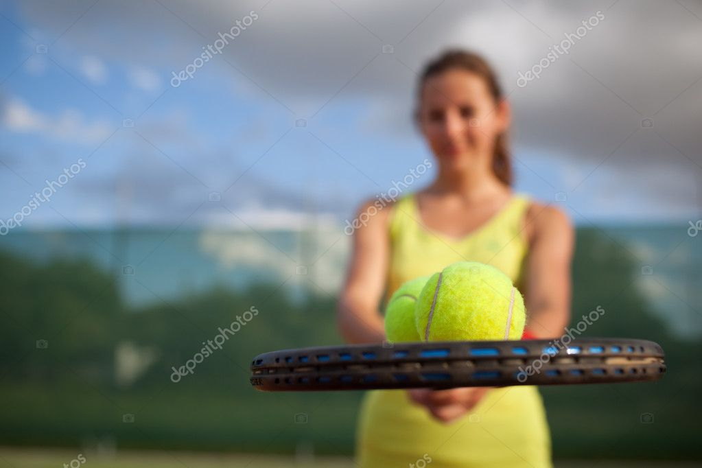 Pretty, young female tennis player on the tennis court (shallow DOF, selective focus) — Stock Photo #9557124