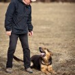 Foto Stock: Master and his obedient (GermShepherd) dog