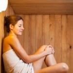 jeune femme de se détendre dans un sauna — Photo