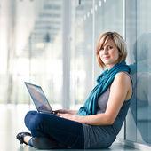 Muito jovem estudante feminino com um computador portátil — Foto Stock