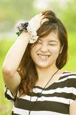 快乐的亚洲女人在农村 — 图库照片