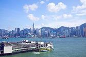 Horizonte de hong kong a lo largo de la orilla del mar — Foto de Stock