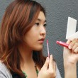 Asian woman doing make-up — Stockfoto