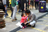Father and daugher along the street in Hong Kong — 图库照片