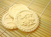 Rice biscuits on bamboo plate — 图库照片