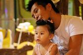 Baba ve kız oyun — Stok fotoğraf