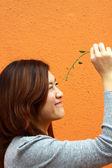 Kinesisk flicka spela gräs — Stockfoto