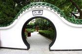 Puerta chinos en jardín — Foto de Stock