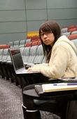 使用便携式计算机,研究的亚洲学生 — 图库照片