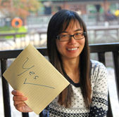 Asian woman with YES sign — 图库照片