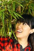 Donna asiatica felice nella natura — Foto Stock