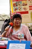 Kobieta śpiewa na ulicy w taipei, tajwan — Zdjęcie stockowe