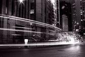 Intenso tráfico en hong kong en la noche en blanco y negro — Foto de Stock