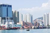 Hong kong appartement blokken en vissersboten aan kust — Stockfoto