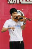 Street performer playing violin in Hong Kong — Stock Photo