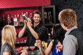 Amigos de coqueteleira barman bebendo no bar — Foto Stock