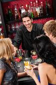 Barman chiacchierando con gli amici a bere al bar — Foto Stock