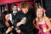 Gli amici al bar cocktail hanno tempo di festa — Foto Stock