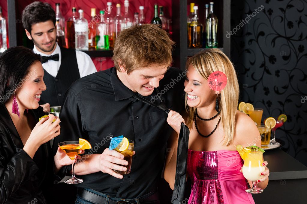 Friends drinking at cocktail bar during happy hours have fun — Stock Photo #10118885