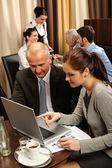 Obchod diskuse výkonný žena bod laptop — Stock fotografie