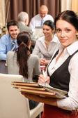 Официантка провести бизнес меню в ресторане — Стоковое фото