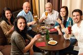 Drink na werk gelukkig collega's plezier — Stockfoto