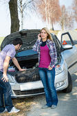 Car breakdown couple calling for road assistance — Stock fotografie