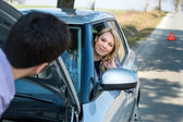 Car troubles man help woman defect vehicle — 图库照片