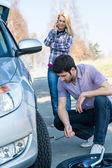 Auto kolo vadu muž změnu defekt pneu — Stock fotografie