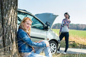 Car defect two women waiting for help — Zdjęcie stockowe