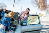 Starting broken car two women have problems — Foto Stock
