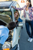 Car defect man helping two female friends — Stok fotoğraf