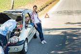 Auto vada muž pomáhá dvě kamarádky — Stock fotografie