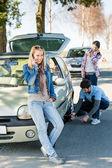 Wiel defect man helpen twee vriendinnen — Stockfoto