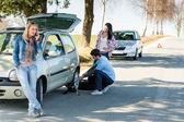 Hombre de defecto la rueda ayudando a dos amigas — Foto de Stock