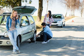 Wheel defect man helping two female friends — Stok fotoğraf