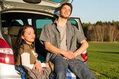 Camping par inne bilen njuta av sommar solnedgång — Stockfoto
