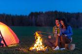 Camping nuit couple cuire feu de camp romantique — Photo