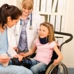 jeune fille sur le médecin visite en fauteuil roulant — Photo